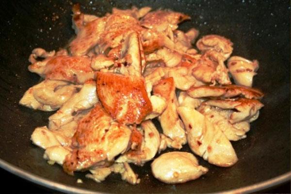 жарим курицу для салата с сухариками