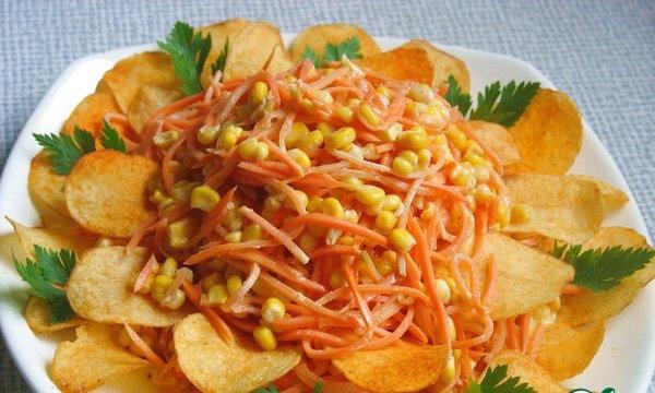 Салат с маслинами и чипсами