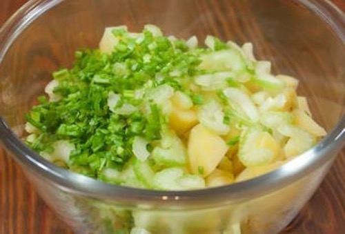 смешиваем компоненты салата