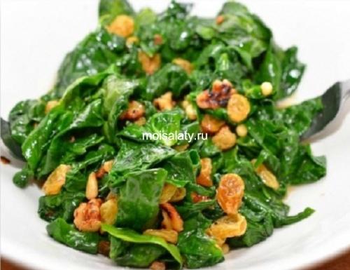 Полезный теплый салат с изюмом и шпинатом