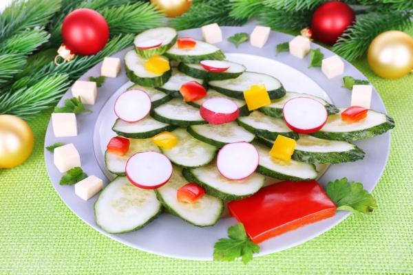 украшенный салат в виде елки